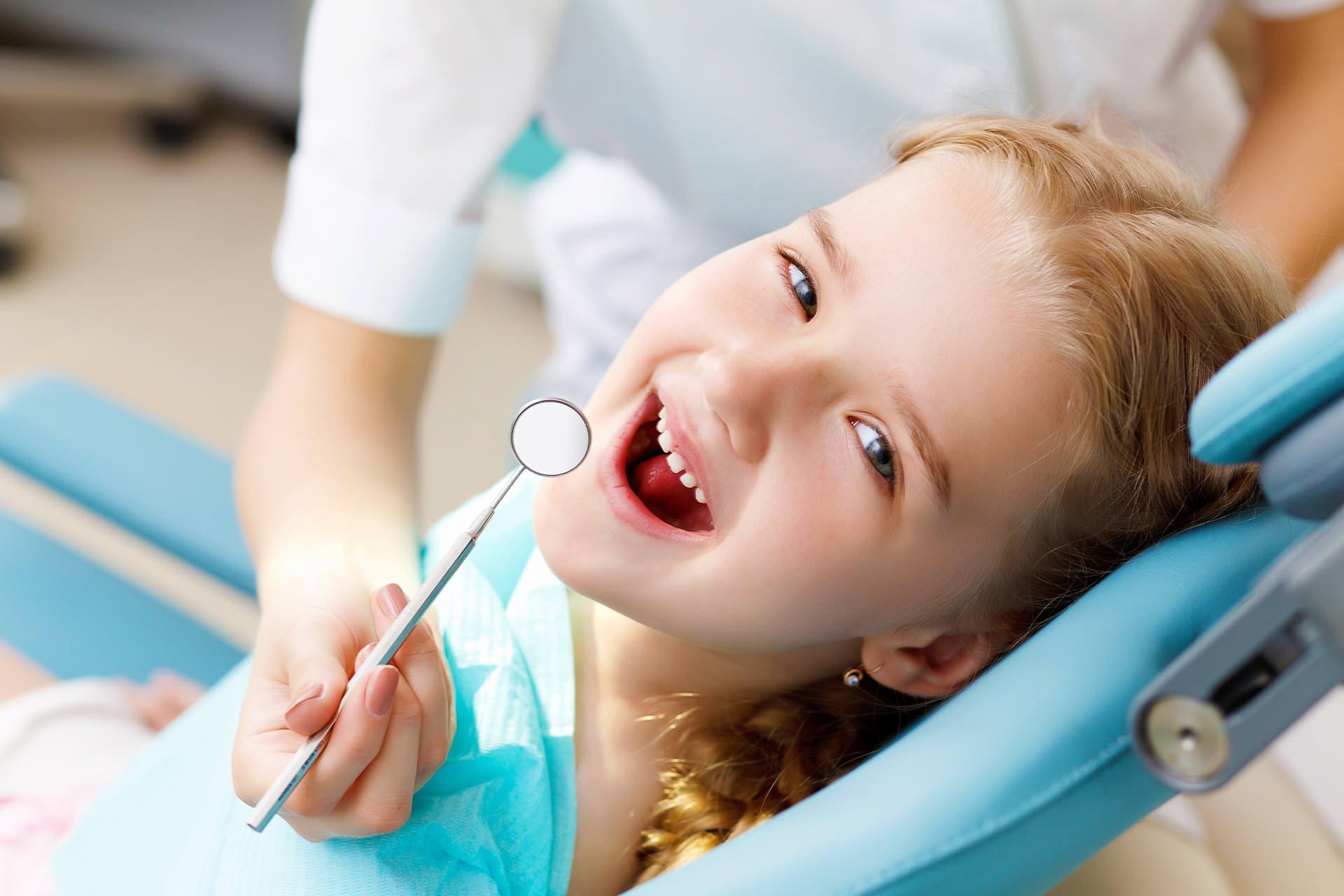 Prima vizita la dentist – de ce este important sa mergi cu cel mic la stomatolog incepand cu varsta de 1 an?