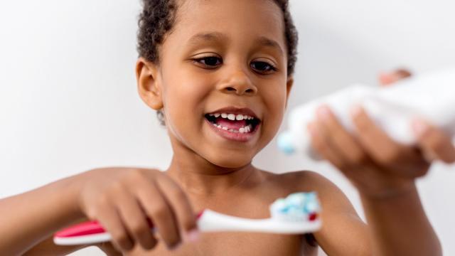 Folosiți pastă de dinți cu fluor